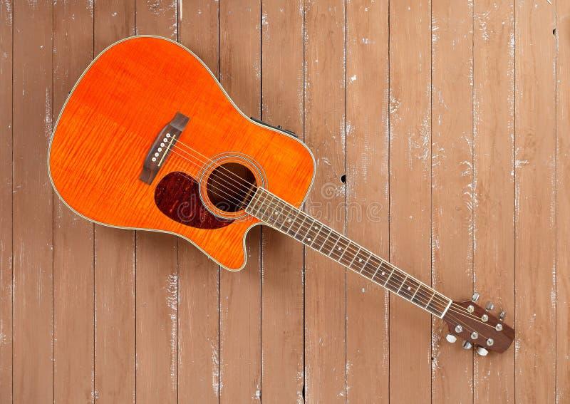 Музыкальный инструмент - предпосылка древесины акустической гитары cutaway клена пламени стоковое изображение rf