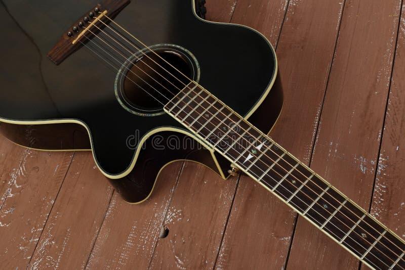 Музыкальный инструмент - разделите коричневую cutaway предпосылку древесины акустической гитары стоковая фотография rf