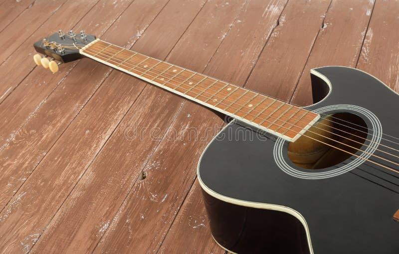 Музыкальный инструмент - разделите черную cutaway предпосылку древесины акустической гитары стоковые изображения rf