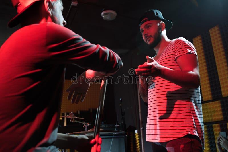2 музыканта обсуждая песню стоковые фотографии rf