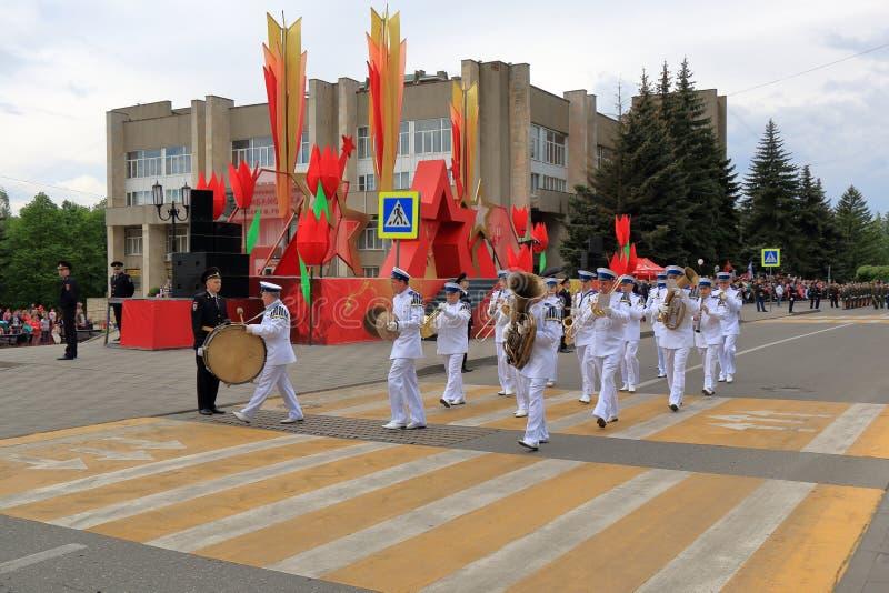 Музыканты воинского оркестра маршируются в парад стоковое изображение