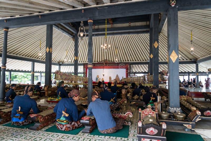 Музыканты выполняя музыку Gamelan и Wayang, кукольный театр тени, на дворце ` s короля стоковые фото