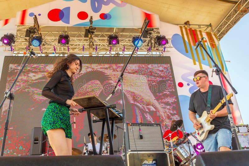 Музыканты выступают на открытой летней сцене на набережной в солнечныРстоковая фотография