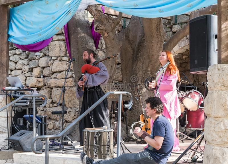 Музыканты в подлинных костюмах играют волынки и тамбурин для посетителей на ` рыцарей Иерусалима ` фестиваля ежегодника стоковые изображения rf