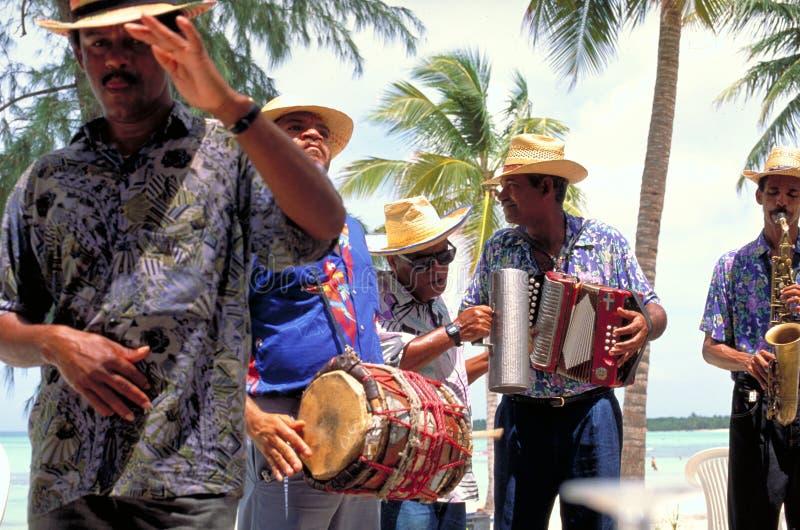 Музыканты играя местные песни для создателей праздника на пляже Варадеро стоковые изображения