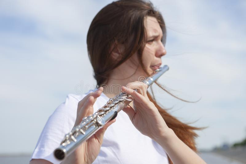 Музыканты или красивые женщины на открытом воздухе Природа, раздумье Слушайте ваше сердце Каннелюра, единство с природой стоковые фото