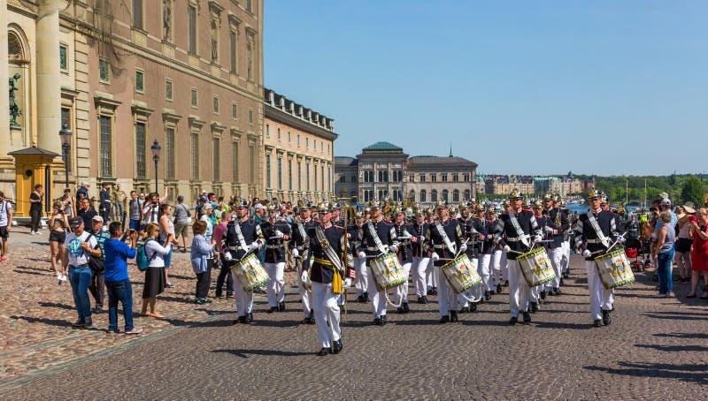 Музыканты королевского военного оркестра маршируя в улицы Stoc стоковые фото
