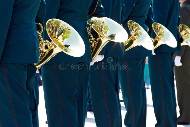 Музыканты крупного плана воинские в зеленых равномерных и белых перчатках стоят стоковые изображения