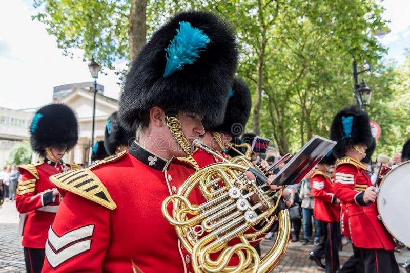 Музыканты на изменять представления предохранителя на Букингемском дворце в Лондоне, Великобритании стоковые изображения