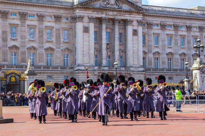 Музыканты предохранителей ферзей вне Букингемского дворца стоковая фотография
