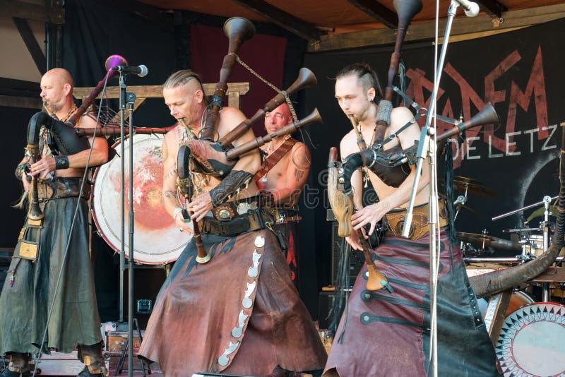 Музыканты стилизованные как Goths выполняя на фестивале Гейдельберга фольклорном и играя волынки трясут - 25-ое сентября 2016, He стоковое фото rf