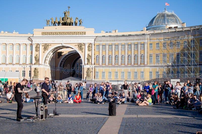Музыканты улицы выполняют для туристов и подсказок на PA центра города стоковое фото