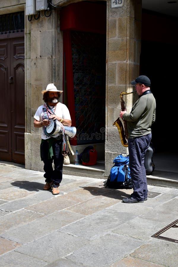 Музыканты улицы играя в старом городке Santiago de Compostela, Испания, 5-ое мая 2019 стоковые фотографии rf