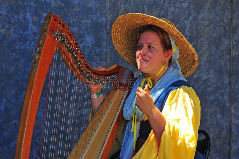 музыкант арфы fayre играя ренессанс стоковое изображение