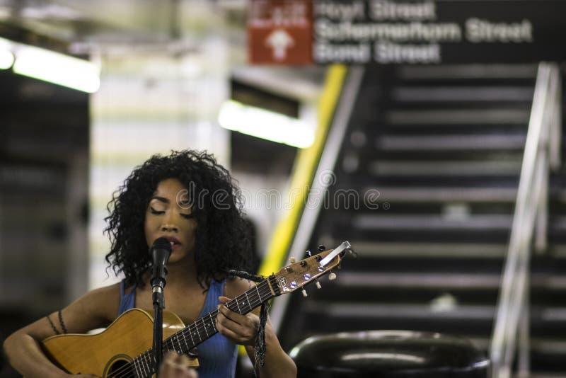 Музыкант в метро стоковые фото