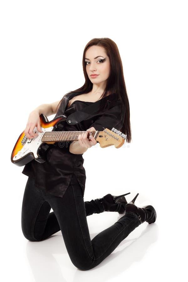Музыкант женщины красивейший играя гитару электрическую стоковые изображения