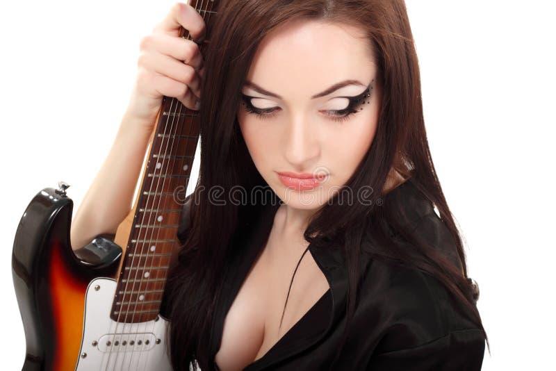 Музыкант женщины красивейший с гитарой электрической стоковые изображения