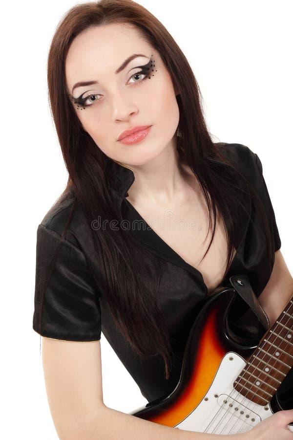 Музыкант женщины с гитарой электрическим изолированным o стоковые фото