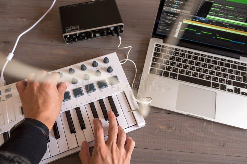 Музыкант записывает настройки на его музыке компьютера взгляд Перв-персоны стоковое фото