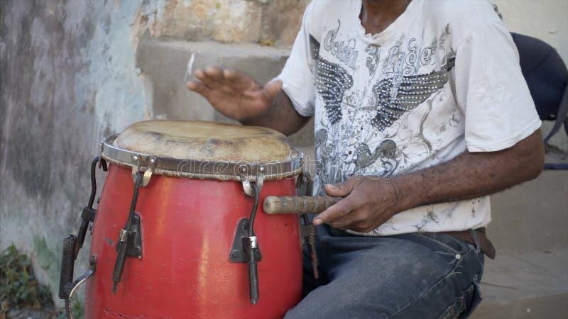 Музыкант играет барабанчик на улице сток-видео