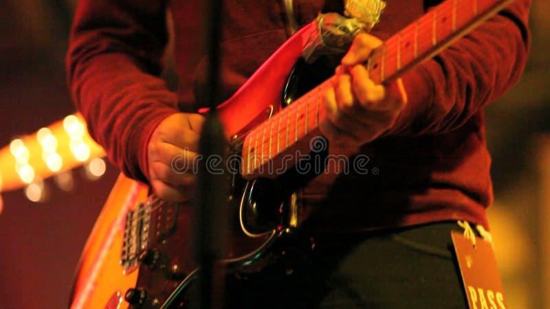 Музыкант играет гитару видеоматериал
