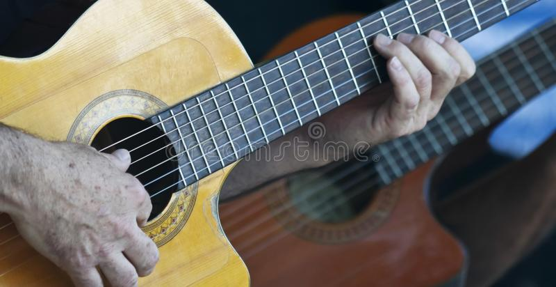 Музыкант играет классическую гитару Cutaway стоковое фото rf