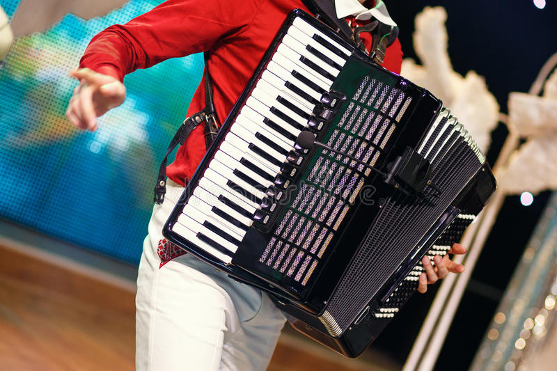 Музыкант играя аккордеон стоковая фотография rf