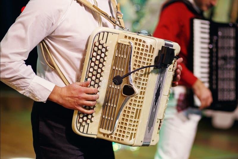 Музыкант играя аккордеон стоковая фотография