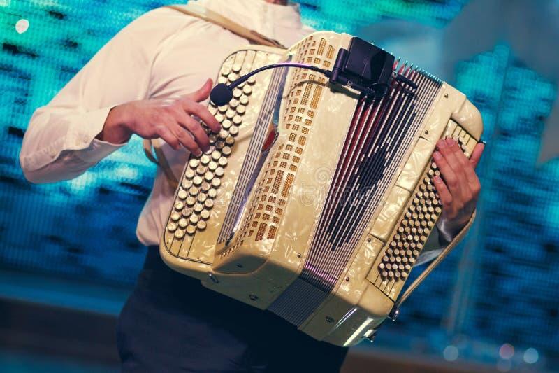 Музыкант играя аккордеон стоковое фото