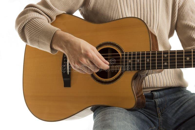 Музыкант играя акустическую гитару стоковое изображение
