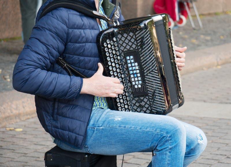 Музыкант играя на аккордеоне стоковое фото rf