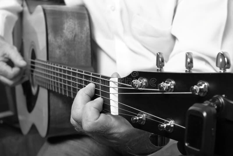 Музыкант играя на классической акустической гитаре стоковое изображение rf