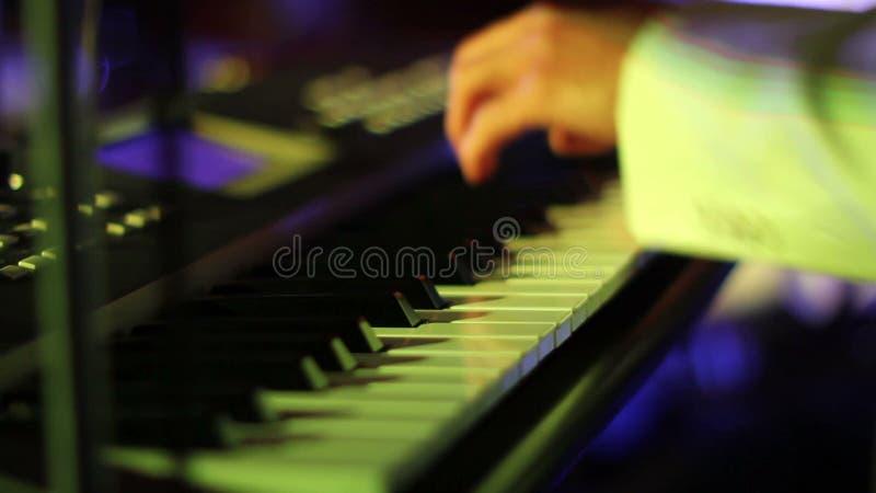 Музыкант играя на клавиатурах близко вверх сток-видео