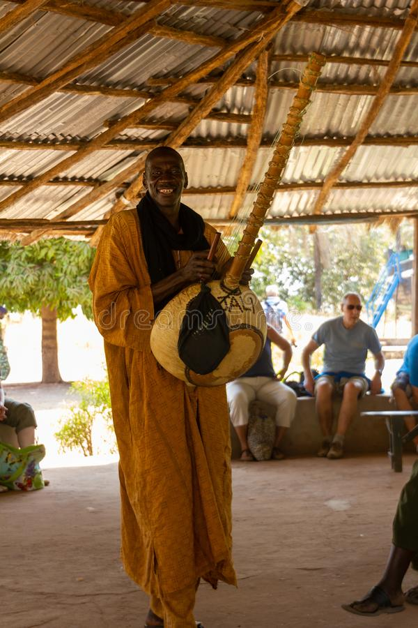 Музыкант играя Kora стоковые изображения