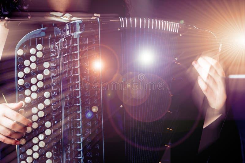 Музыкант конца-вверх играя аккордеон на этапе стоковое изображение rf