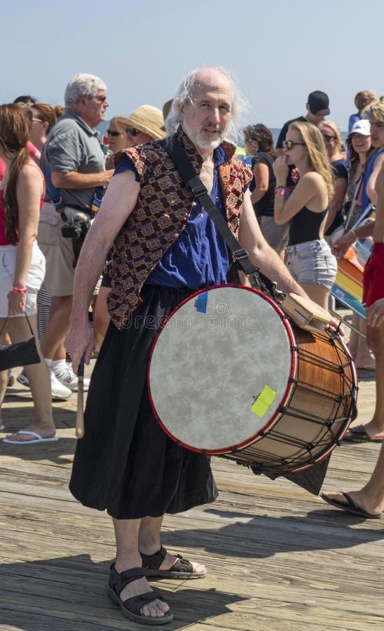 Музыкант на параде русалки Seashore стоковое фото