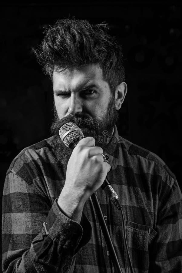 Музыкант, певица поя в концертном зале, клуб стоковые изображения rf