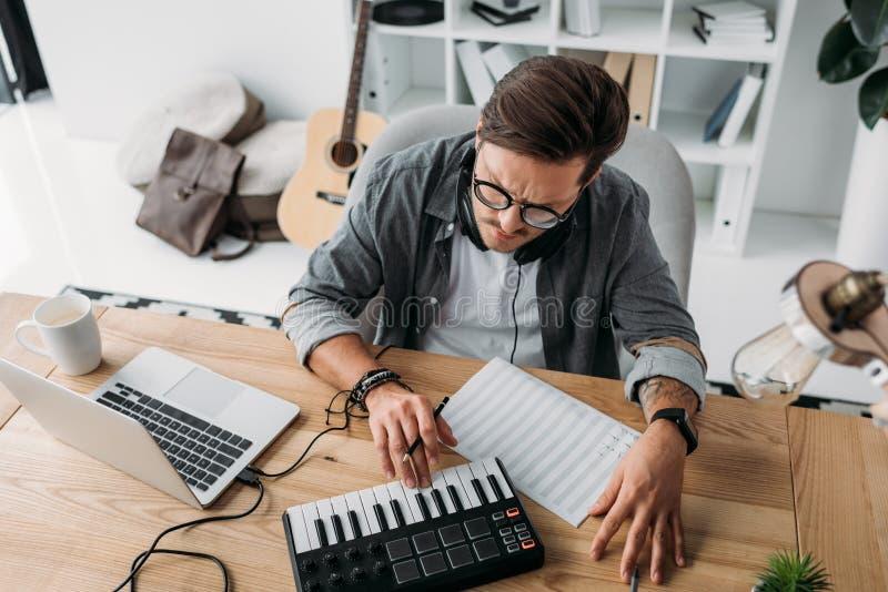 Музыкант работая на новом проекте стоковые фотографии rf