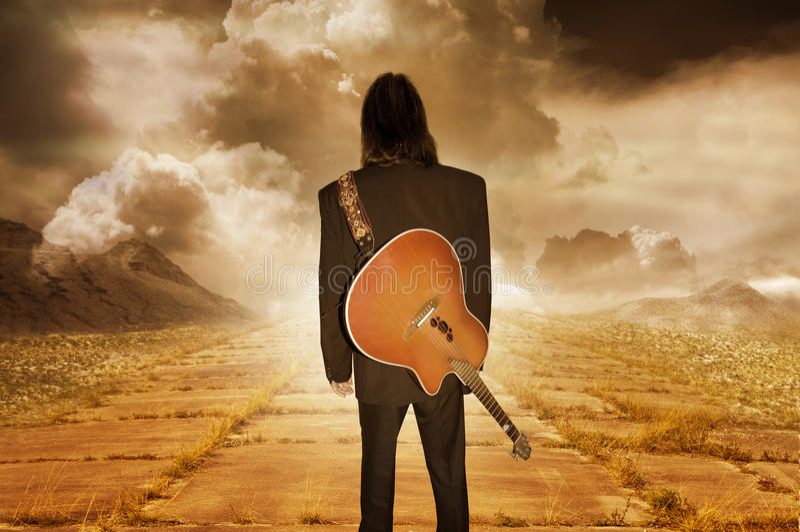 Музыкант смотря в расстояние стоковое изображение rf