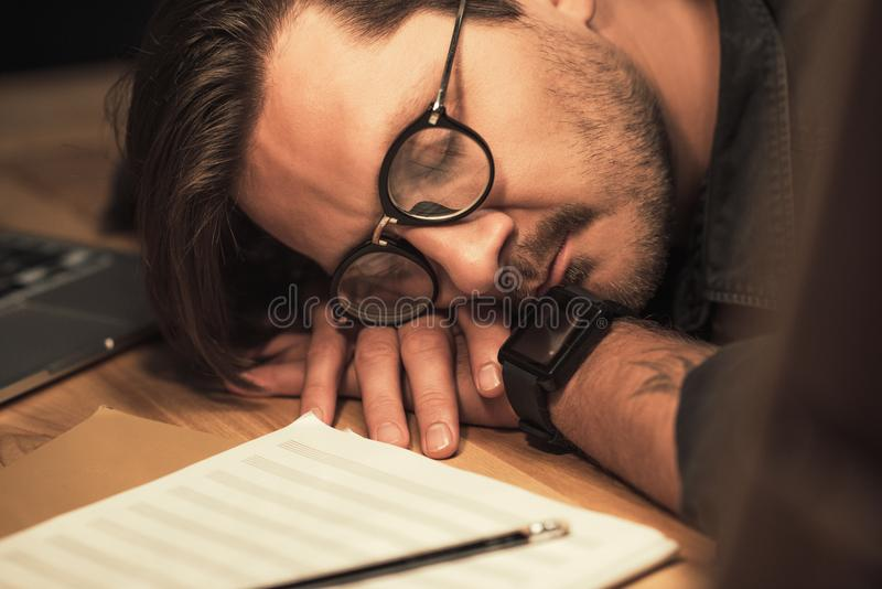 Музыкант спать на рабочем месте стоковое изображение