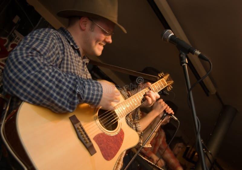 Музыкант с гитарой. стоковые изображения rf