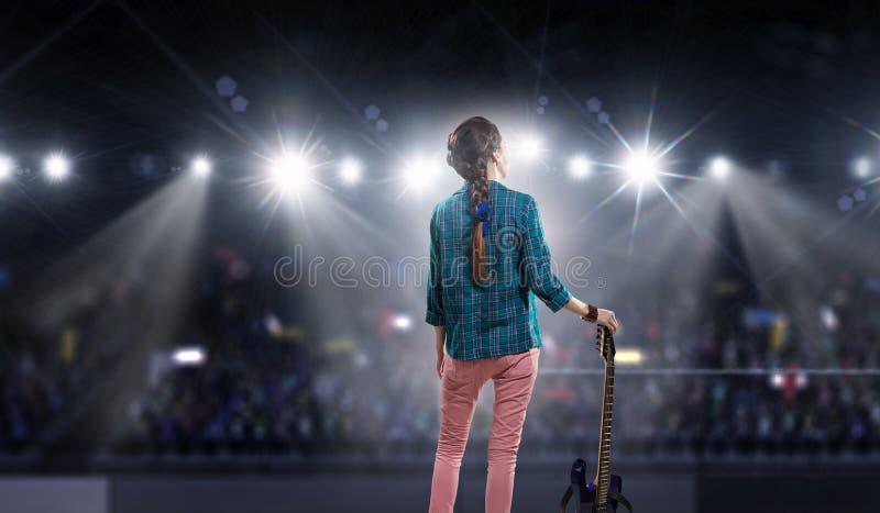 Download Музыкант утеса на концерте Мультимедиа Стоковое Изображение - изображение насчитывающей привод, утес: 81809351