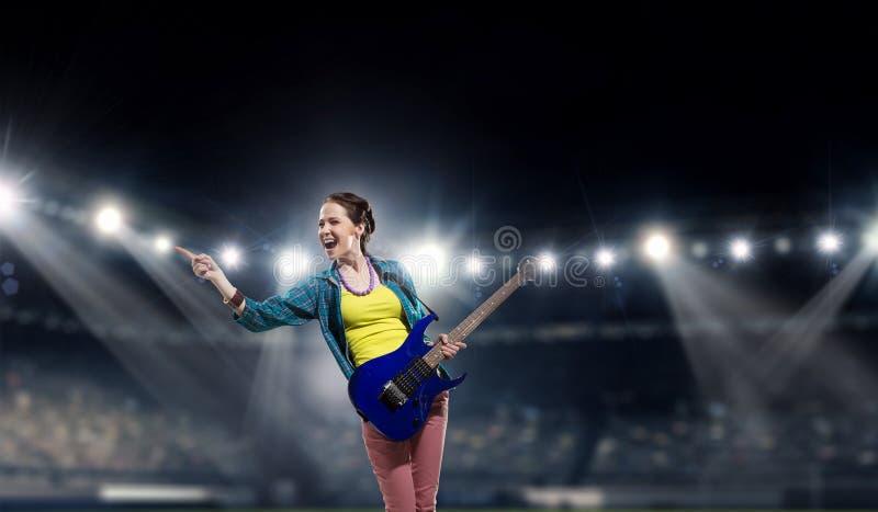 Download Музыкант утеса на концерте Мультимедиа Стоковое Фото - изображение насчитывающей средства, музыкант: 81809388