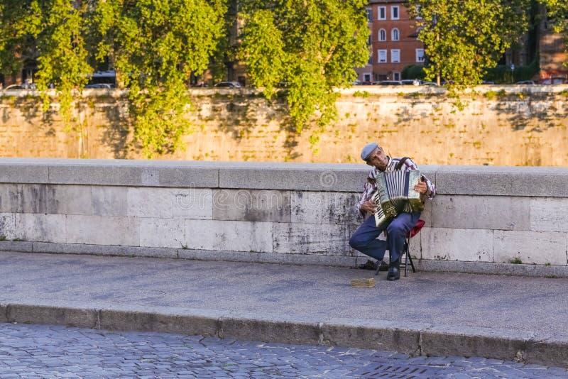 Музыкант улицы играя аккордеон стоковые фотографии rf