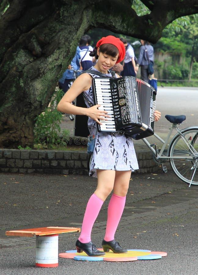 Музыкант улицы играя Acordeon в парке Ueno, токио. стоковое изображение