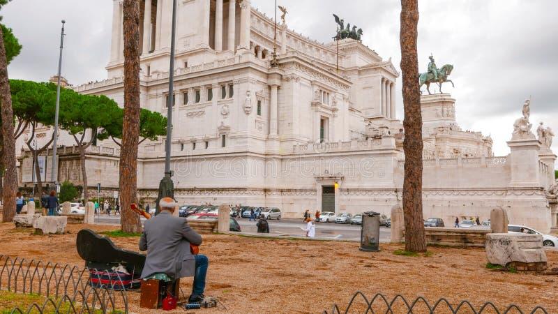 Download Музыкант улицы на национальном монументе Викторе Emanuel II в Риме Редакционное Фотография - изображение насчитывающей урбанско, зодчества: 81808262