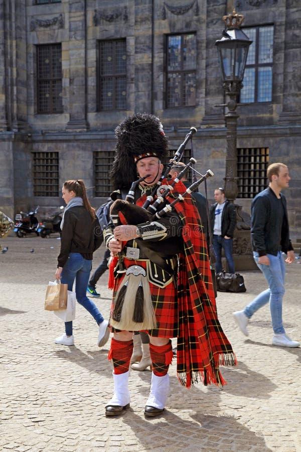 Музыкант улицы с шотландскими традиционными волынками стоковая фотография