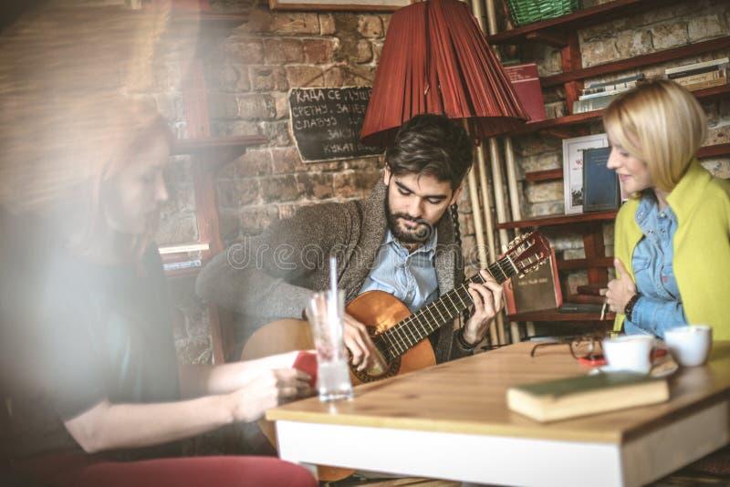 Музыка для ослабляет Наслаждаться на кафе стоковое изображение rf