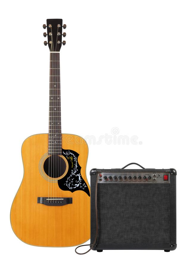 Музыка и звук - фольклорный акустической вид спереди изолированной гитары, усилителя и кабеля стоковые фотографии rf