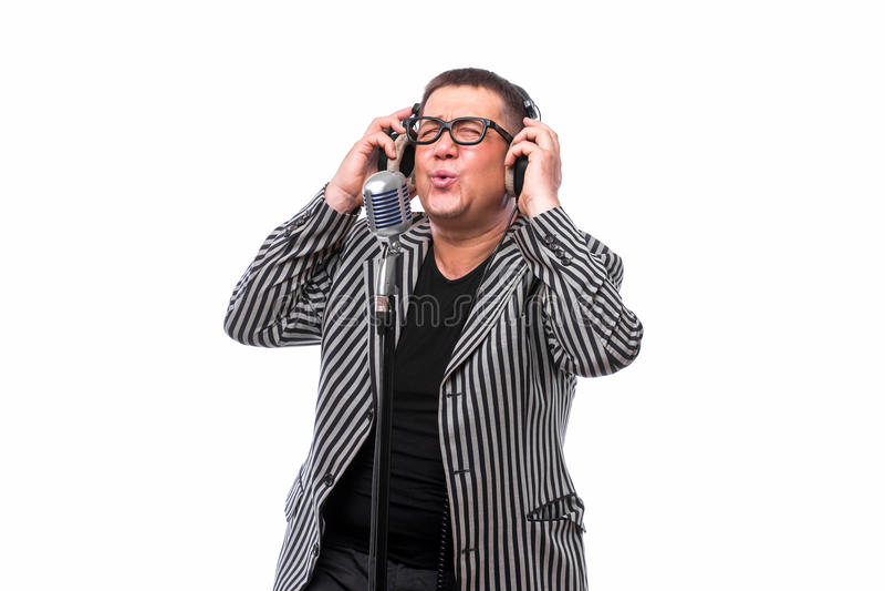 Музыка певицы слушая и поет в микрофоне на белой предпосылке стоковое фото rf